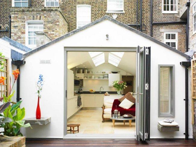 Небольшой одноэтажный дом с просторным входом