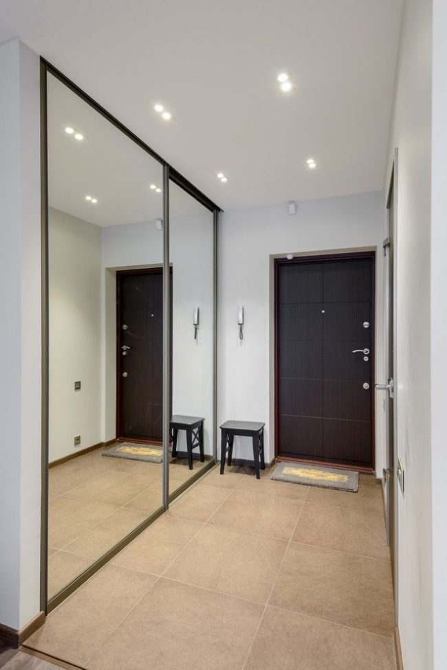 Встроенный зеркальный шкаф-купе в коридоре