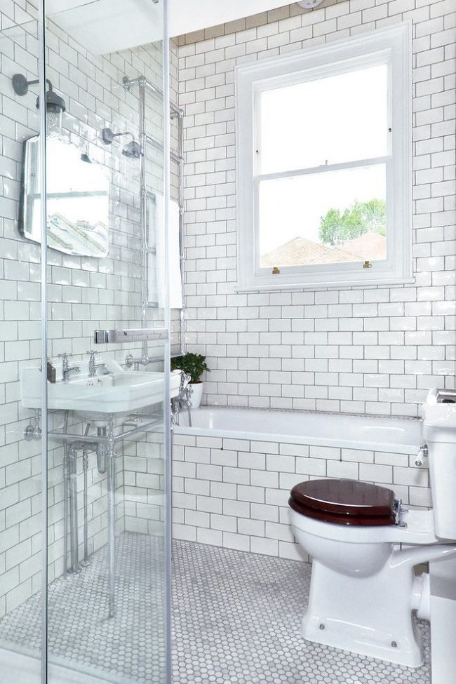 Маленькая ванная комната с отделкой из белой глянцевой плитки под кирпич