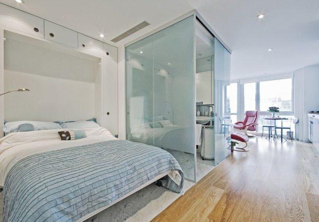 Для зонирования однокомнатной квартиры хорошо подойдут стеклянные полупрозрачные перегородки