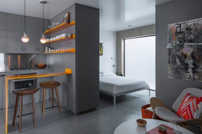 Барная стойка отделяет зону кухни от зоны гостиной