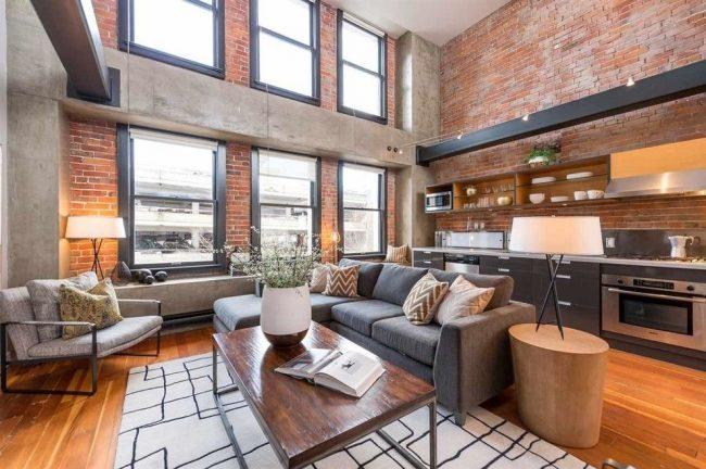 Диван визуально разделяет кухню и гостиную на две зоны
