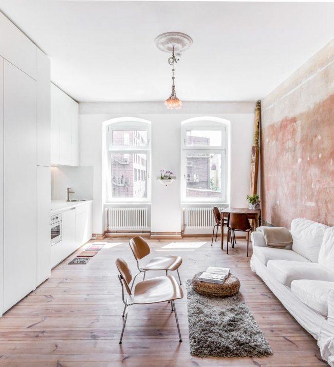 Светлая цветовая гамма поможет визуально увеличить небольшую однокомнатную квартиру