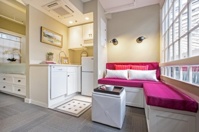 Компактное размещение кухни и гостиной зоны в однокомнатной квартире