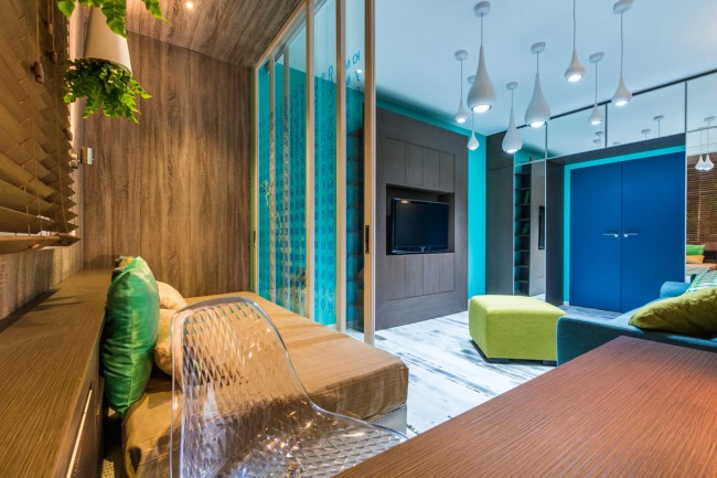 Интересное сочетание дерева и яркого интерьера в дизайне малогабаритной квартиры