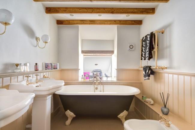 Бежевая вагонка в интерьере красивой ванной