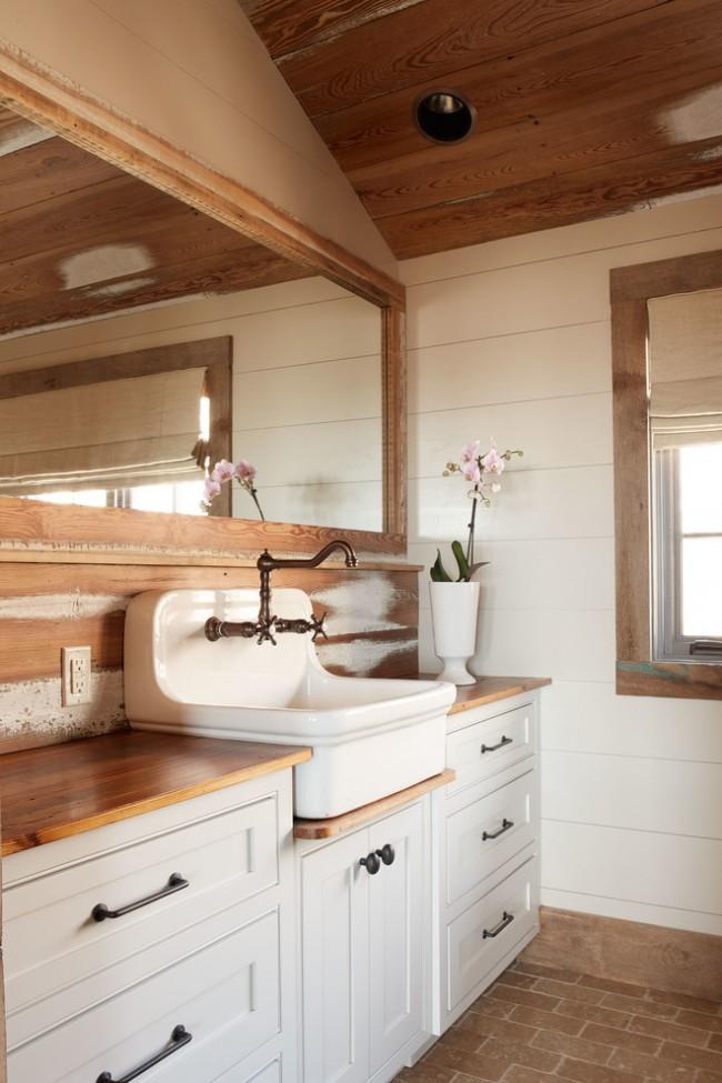 Интересное сочетание пластиковых и деревянных панелей в интерьере ванной