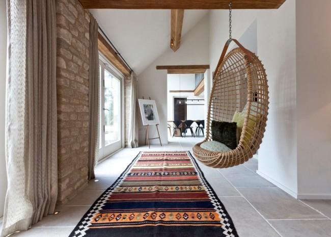 Подвесное кресло закреплено на потолке с помощью вкрученного в деревянную балку металлического крюка