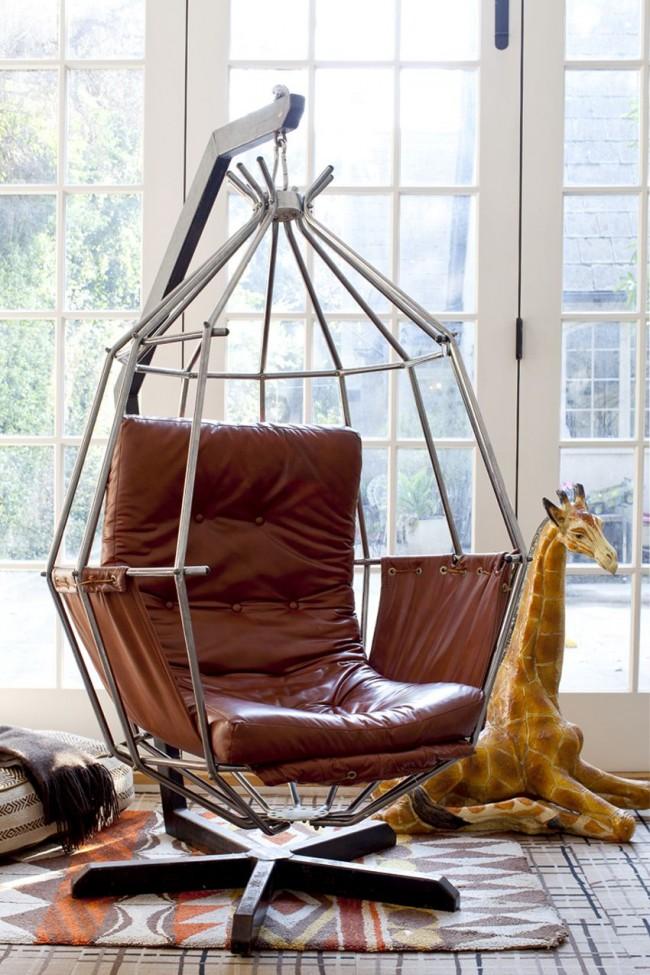 Необычный вариант подвесного кресла из кожи, установленного на подставке