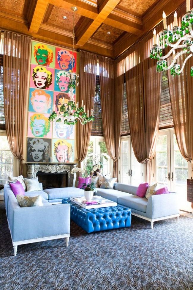 Цветной коллаж из постеров Мэрилин Монро в гостиной