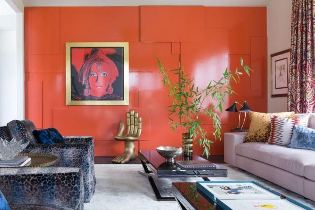 Необычное кресло в виде руки и красная стена в гостиной стиля поп-арт