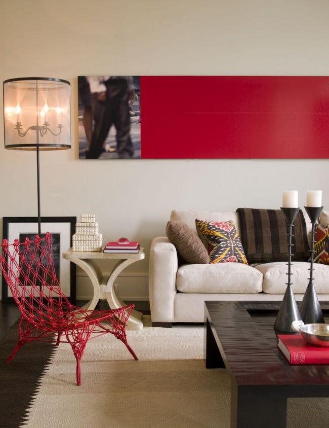 Необычное плетеное кресло красного цвета в гостиной стиля поп-арт