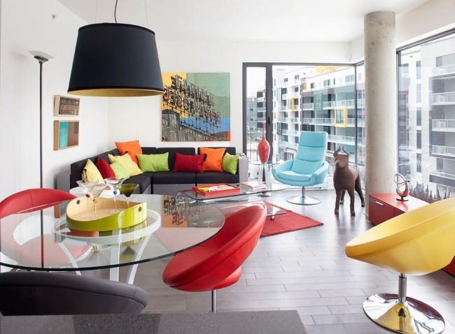 Цветная гостиная со множеством подушек в стиле поп-арт