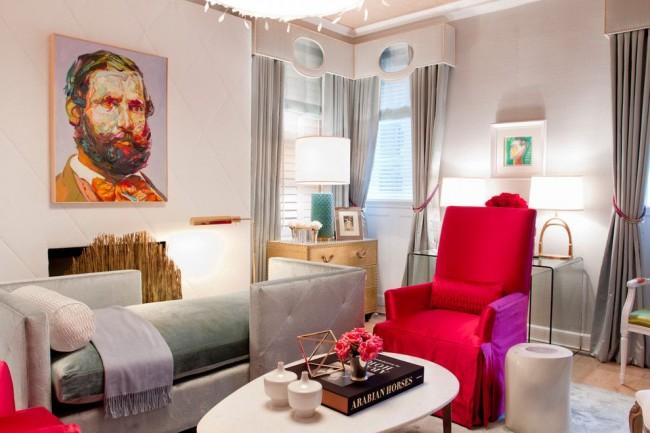 Ярко-красное акцентное кресло в серой гостиной