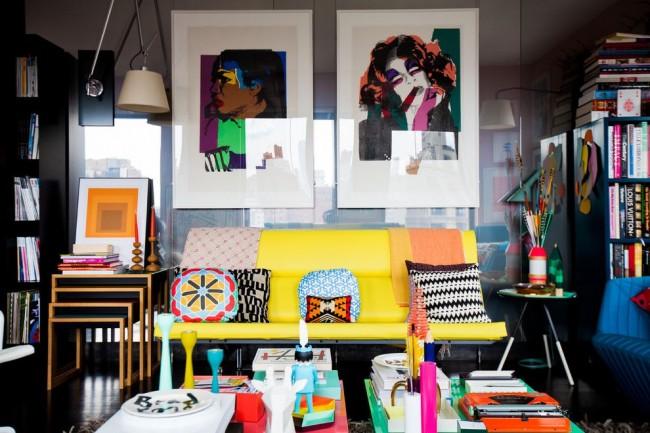Поп-арт в интерьере гостиной с ярко-желтым диваном