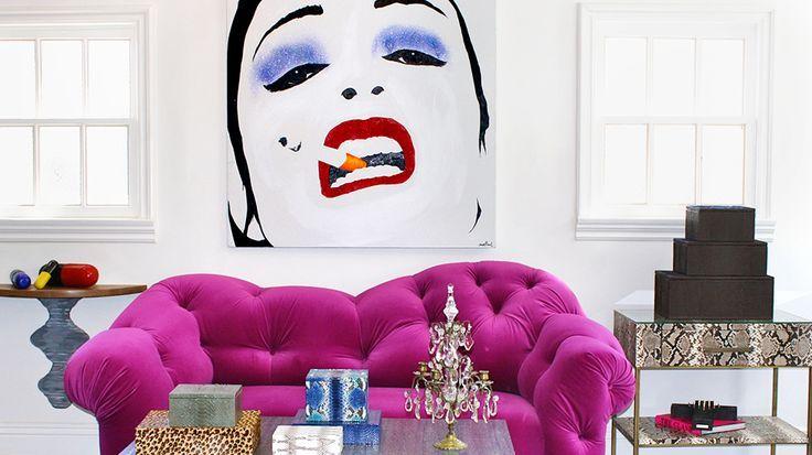 Необычный сиреневый диван в поп-арт интерьере