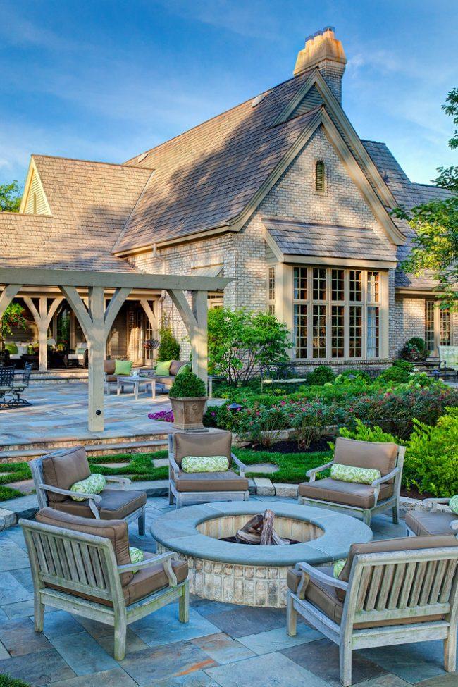 Зона отдыха с мангалом в дизайне загородного имения