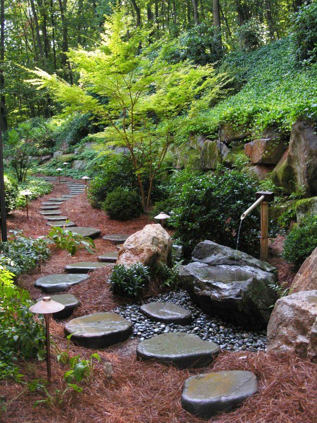 Красивая дорожка сделает прогулки в саду еще более приятными