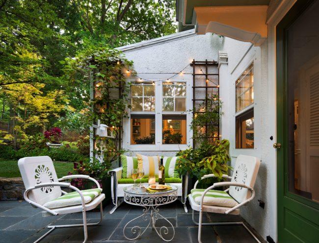 Дворик-патио с удобной мебелью станет прекрасным местом отдыха для всей семьи