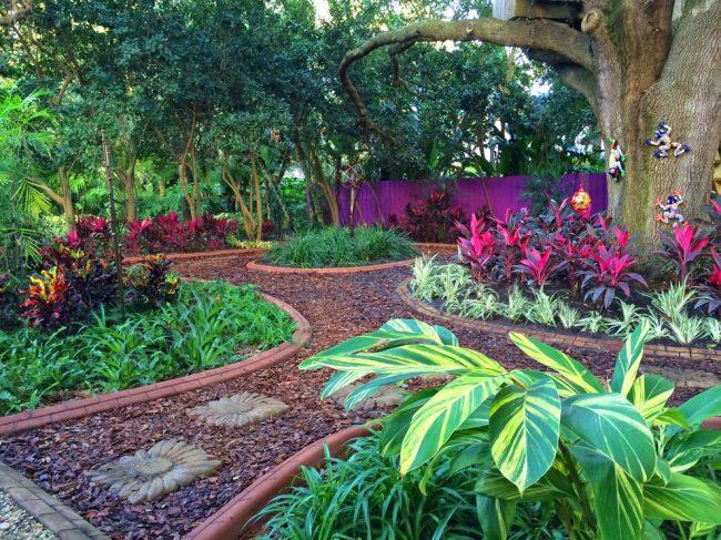 Красивое сочетание декоративных растений в дизайне сада