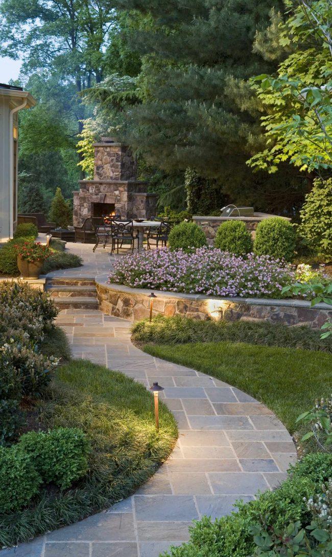 Строения из камня отлично впишутся в ландшафтный дизайн загородного участка