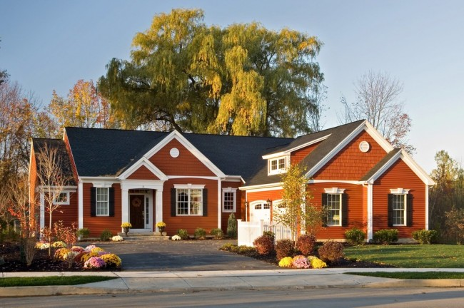 Одноэтажный каркасный дом терракотового цвета с мансардой