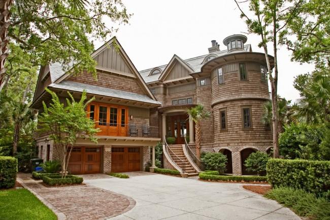 Замечательный каркасный дом в виде замка