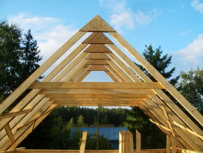 Возведение крыши каркасного дома не отличается от монтажа крыши на любом другом доме