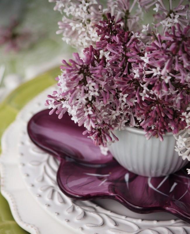 Элегантнейший прием: подбор цвета посуды и декора, повторяющего природные цвета в букетах по центру стола