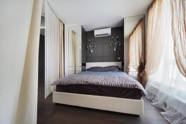 Гардины из легкой тюли белого и бежевого цвета в небольшой спальне