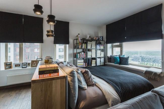 Стильные римские шторы черного цвета в современной спальне