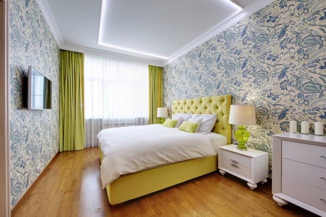 Шторы приятного салатового цвета в комбинации с кроватью освежают интерьер спальни