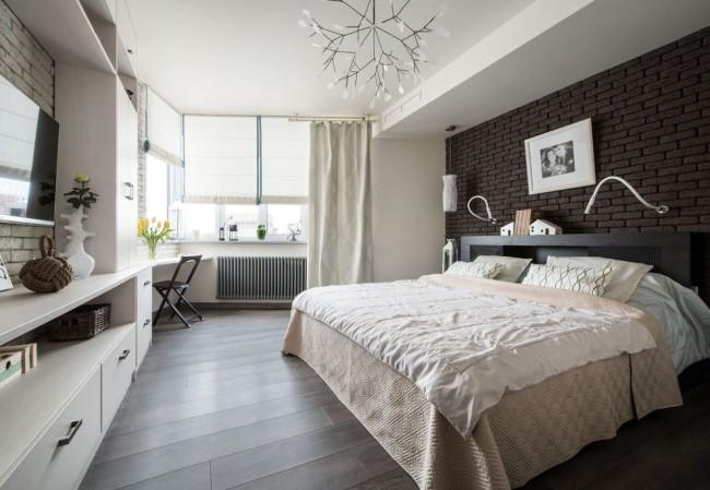 Комбинирование классических штор вместе с римскими в современной спальне