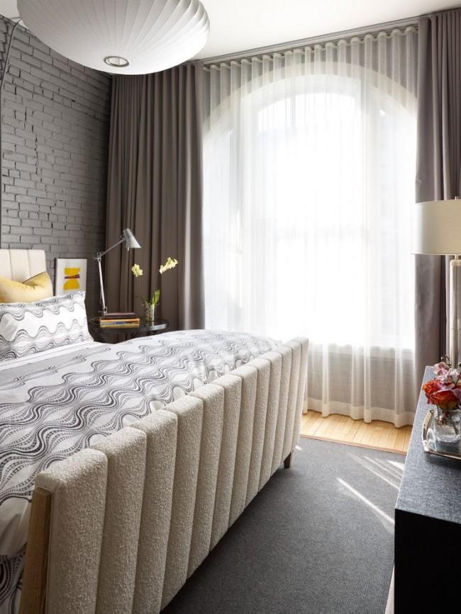 Классическое решение с комбинированием легких прозрачных гардин и темных ночных штор идеально вписывается в современный интерьере спальни
