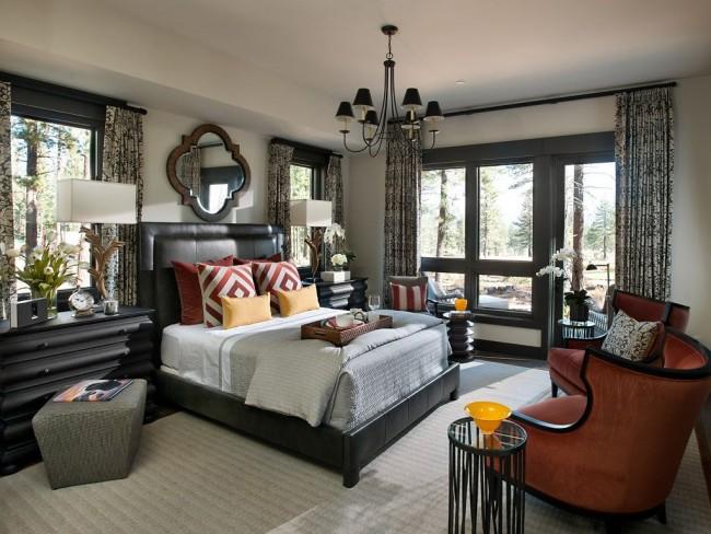 Черно-белые шторы с рисунком в классической спальне с акцентом на западный интерьер
