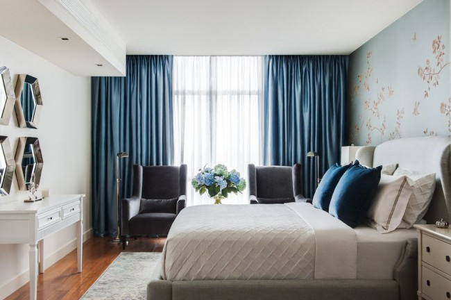 Тёмно-синие шторы из плотной ткани подойдут для тех, кто любит спать в полной темноте