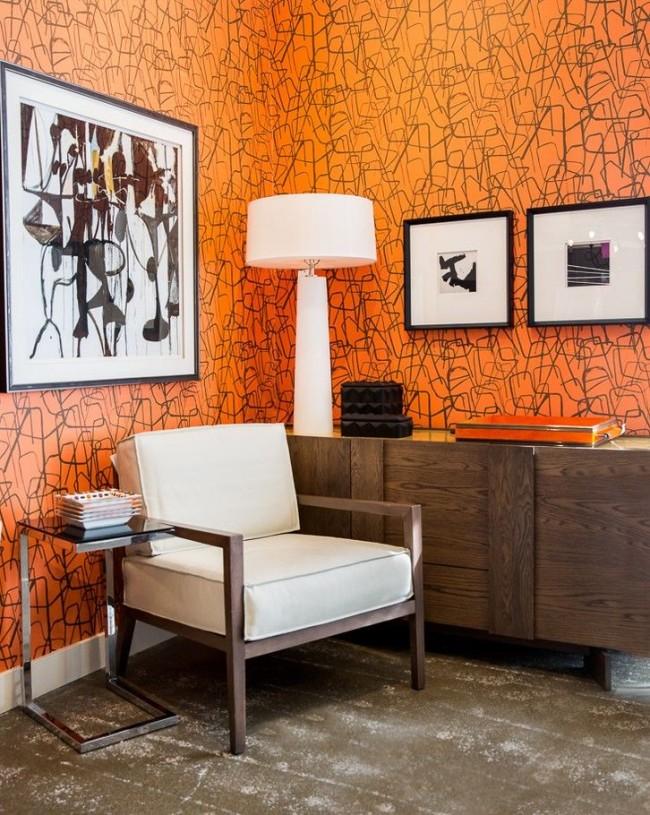 Ярко-оранжевые обои хорошо смотрятся с бело-коричневой мебелью