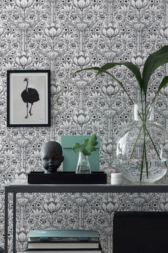 Черно-белый рисунок обоев уместен для современного интерьера