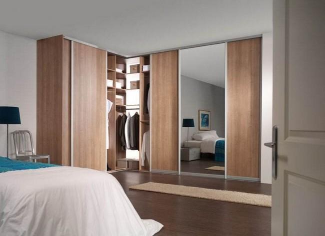Угловой шкаф-купе в спальне с деревянными и зеркальными дверями
