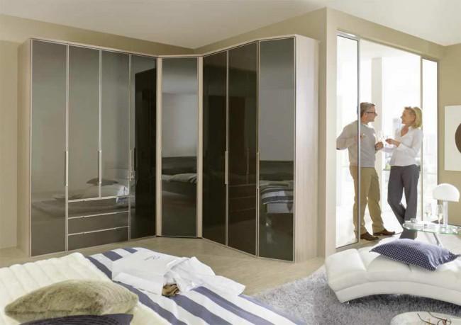 Угловой шкаф с дверями из глянцевого пластика идеально подойдет для современного интерьера