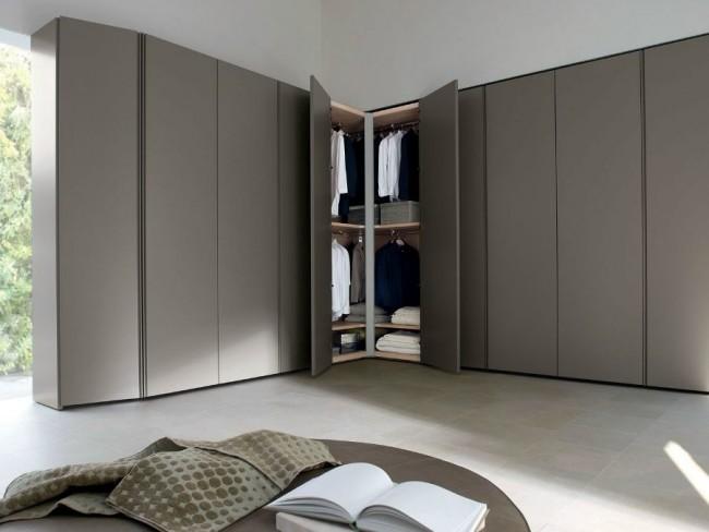 Стильный угловой шкаф серого цвета подойдет для большой спальни