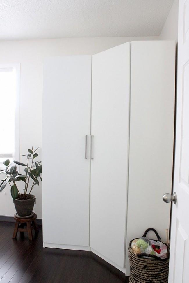 Небольшой угловой шкаф идеально впишется даже в спальню маленького размера