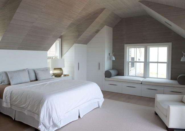 Встроенный угловой шкаф из крашеного дерева в мансардной спальне