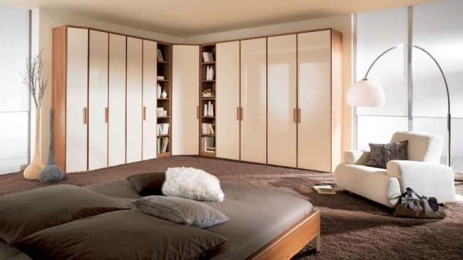 Просторная спальня с угловым шкафом и пластиковыми дверями