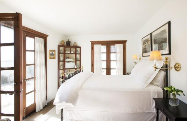 Спальня в средиземноморском стиле с маленьким угловым шкафом