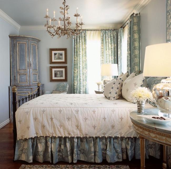 Миниатюрный угловой шкаф с патиной в спальне классического стиля