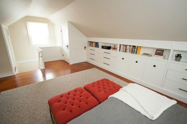 Спальня под крышей с невысоким угловым шкафом