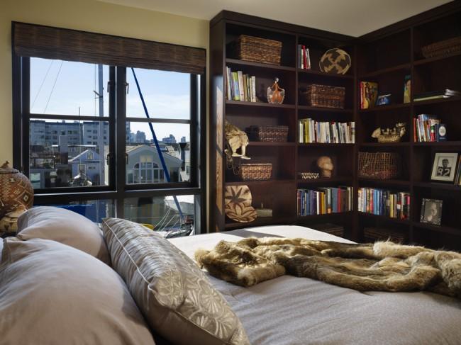 Угловой шкаф с открытыми полками в спальню