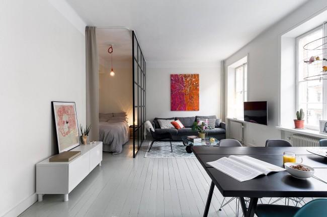 Отделение спальной зоны от гостиной небольшой перегородкой