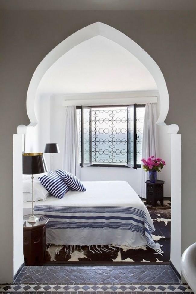 Красивая восточная арка, отделяющая спальную зону